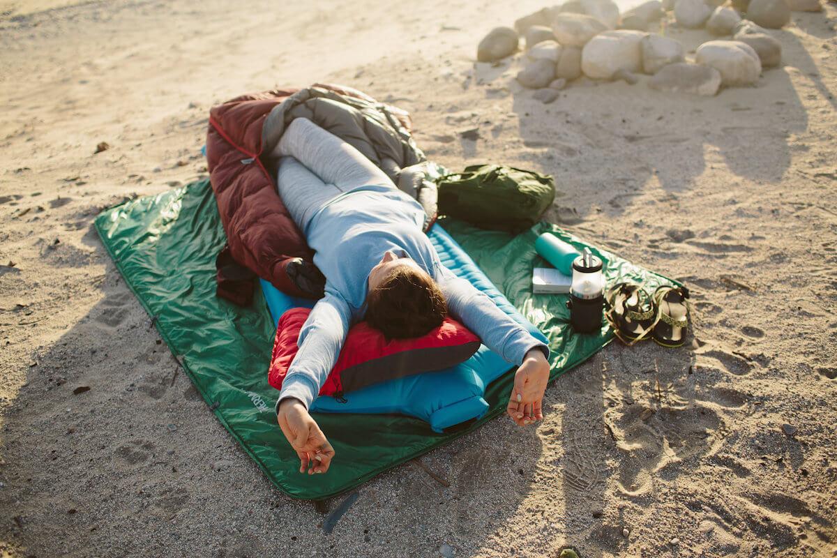 Pobudka w śpiworze Dorado Duo na materacu Camper SV. Widoczna jest również poduszka Compressible Pillow i koc Stellar Blanket